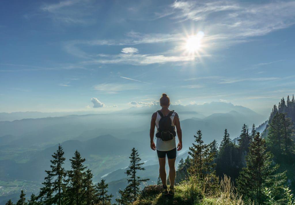 Un homme de dos face à un paysage de montagne en Slovénie