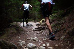Deux personnes en plein trail running