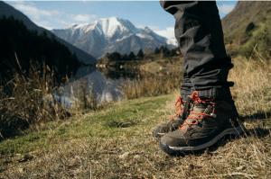 Chaussures de randonnées marron avec lacets rouges