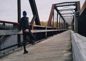 Un homme qui s'échauffe avant de courir