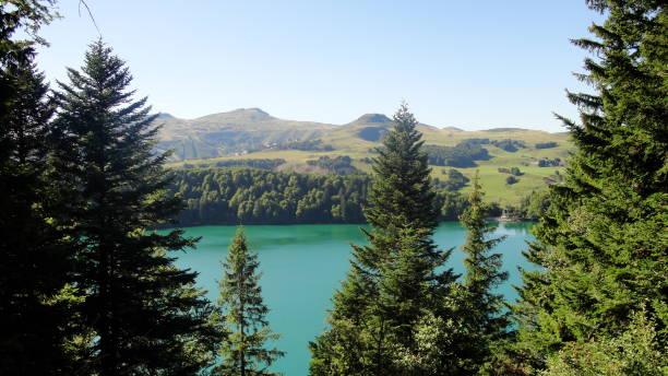 Vue sur le lac Pavin et sa forêt